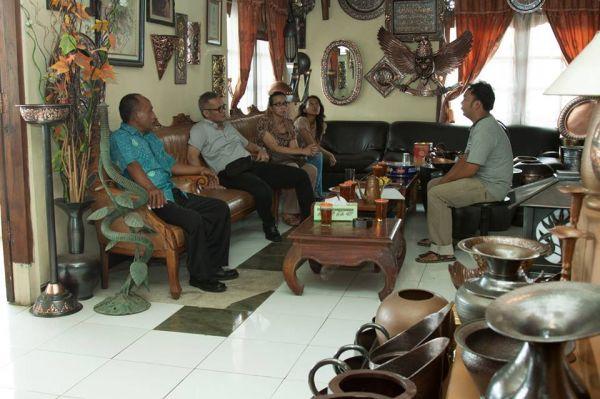 Kerajinan tembaga - Agus Susilo dari Muda Tama menerima tamu dari DPR RI Aria Bima