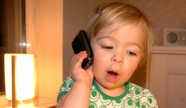 anak-bicara-lewat-telephone