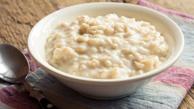 Oatmeal mengandung karbohidrat yang dapat menggantikan nasi