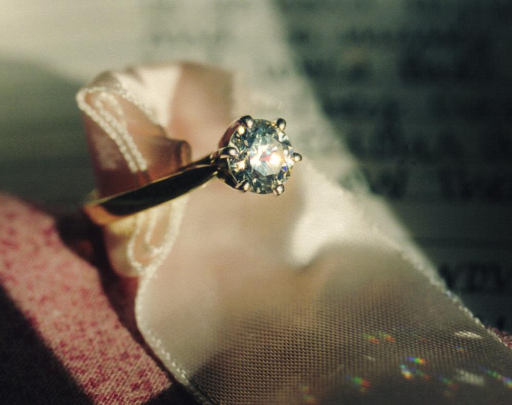 Membersihkan perhiasan emas dengan kain yang lembut