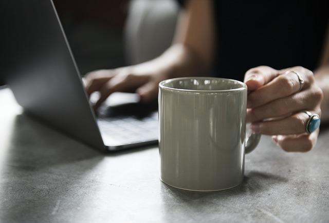 Situs online bisa dijadikan sebagai referensi saat membeli emas
