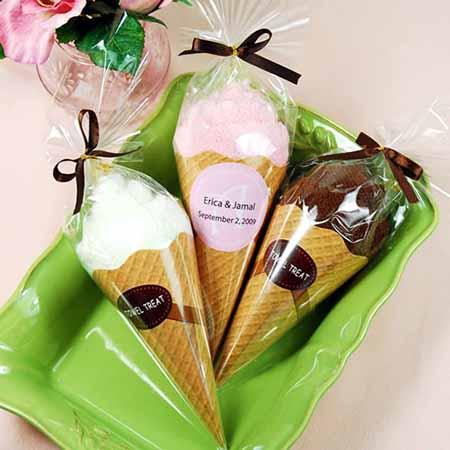 Contoh kemasan terbuat dari plastik berbentuk es krim, bisa untuk undangan pernikahan.