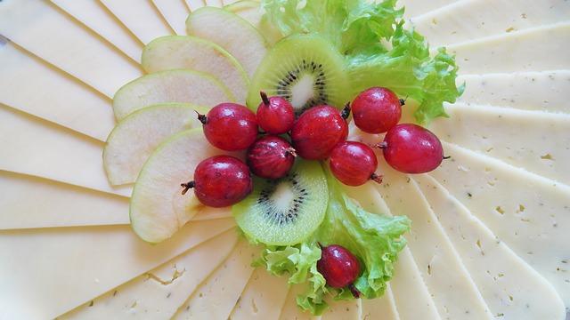 camilan yang mudah dicerna seperti buah-buahan