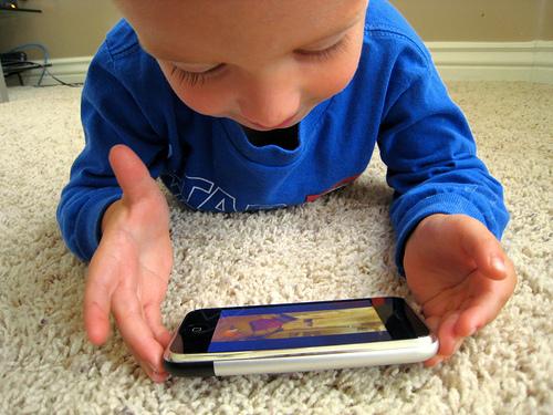 Anak-Bermain-Gadget