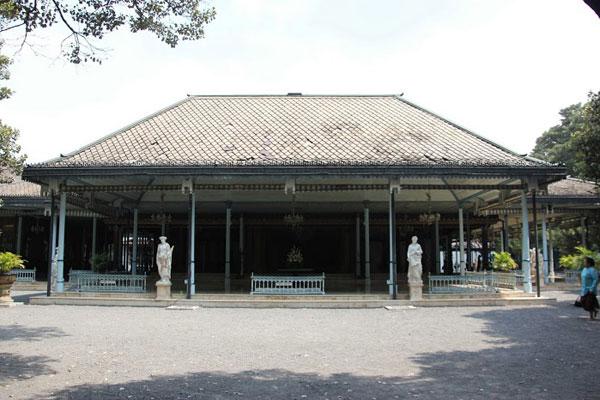 Bangsal-Maligi-di-kompleks-Kedaton-Keraton-Surakarta-Hadiningrat