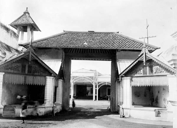 Kori Brajanala atau Kori Gapit di Kompleks Kamandungan Keraton Surakarta Hadiningrat 1910