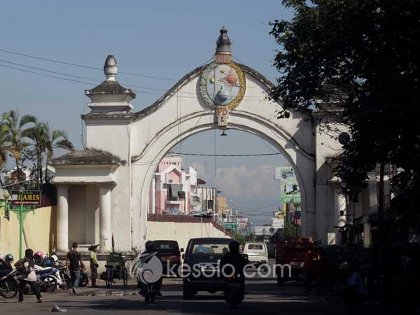 Kori Slompretan yang terletak di dekat Pasar Klewer