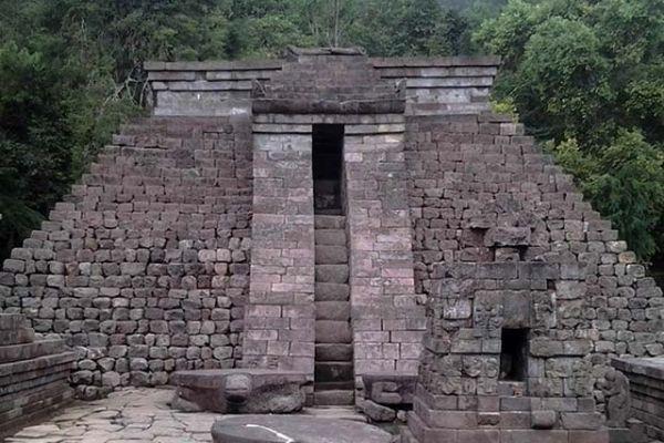 Pintu tengah Candi Sukuh berupa tangga untuk menuju puncak
