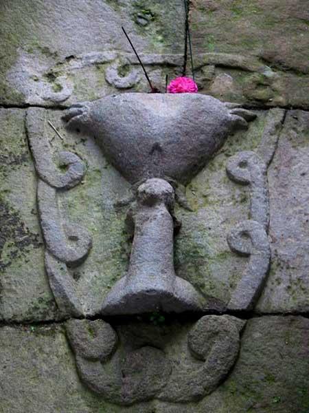 Lingga yoni berbentuk alat kelamin pria dan wanita serta berkalung untaian sprema