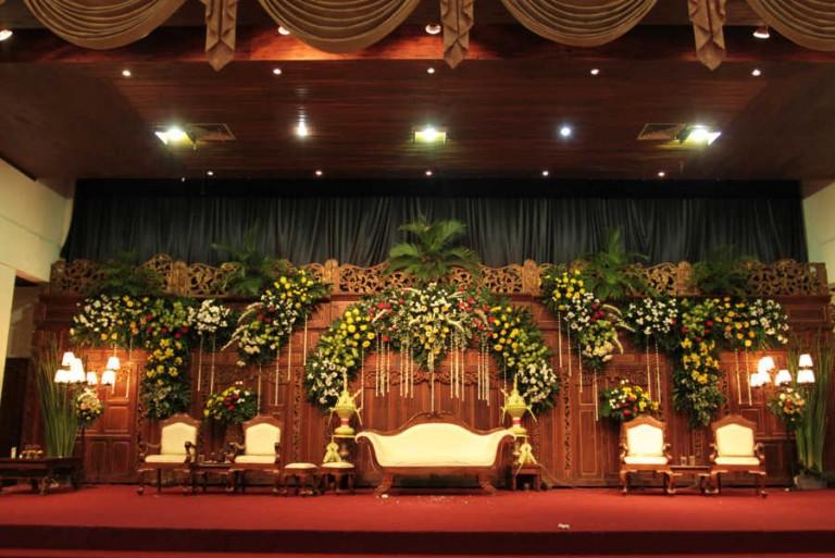 Contoh dekorasi pernikahan adat jawa di graha saba Solo/via Chiliparicatering.com