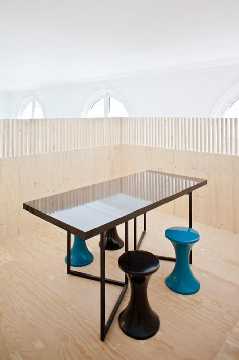 Kantor Ekimetrics, bagian atas bangunan kayu difungsikan untuk ruang rapat/dezeen.com