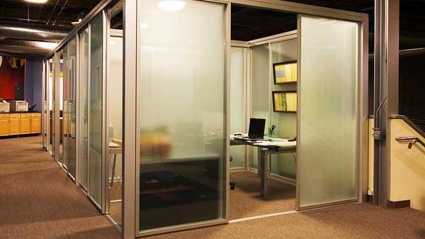 Tata-ruang-kantor-tertutup-desainiccom