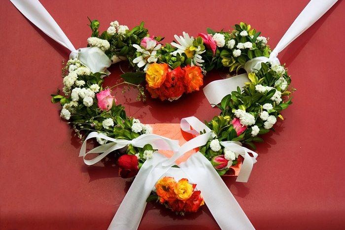 Bunga dan kain bisa menjadi salah satu bahan dekorasi pernikahan/ via pixabay.com
