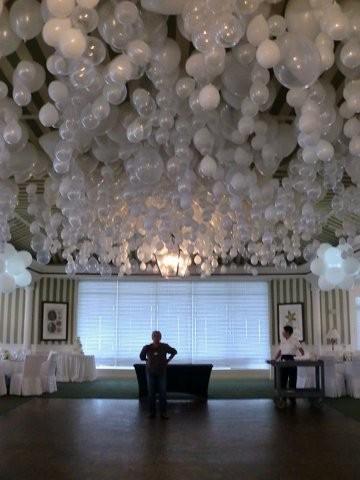 Contoh dekorasi pernikahan unik menggunakan balon/ via weddbook.com