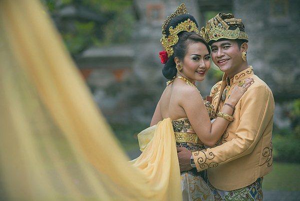 foto-prewedding-tema-tradisional-adat-bali-trezy-humanoiz