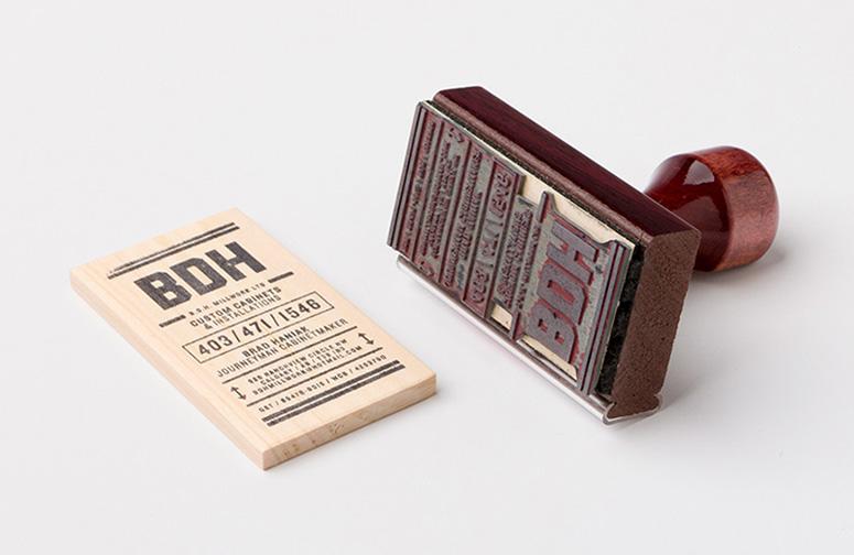 kartu-nama-kayu-dengan-menggunakan-stempel