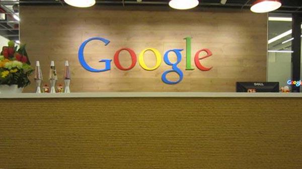 Logo google yang dilekatkan pada latar belakan ruang resepsionis