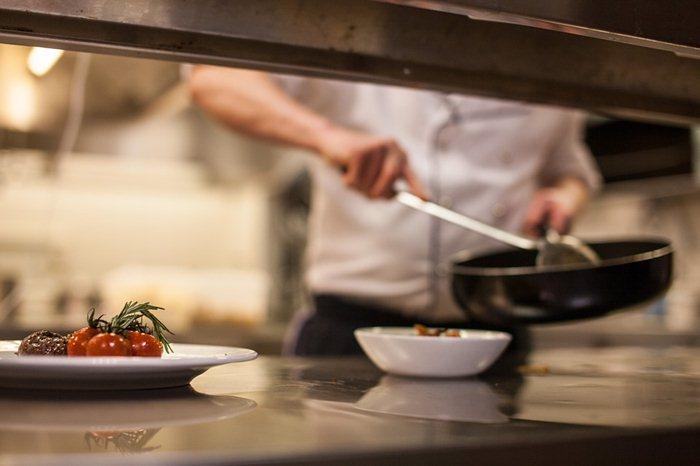 tenaga kerja memasak usaha katering pernikahan /CC0 /olafBroeker