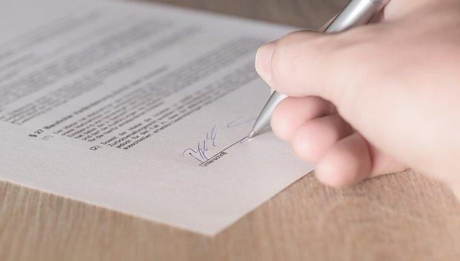 Bertanggung jawab atas kontrak kerja secara hukum