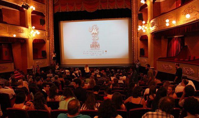 Memanfaatkan festival untuk memutar film