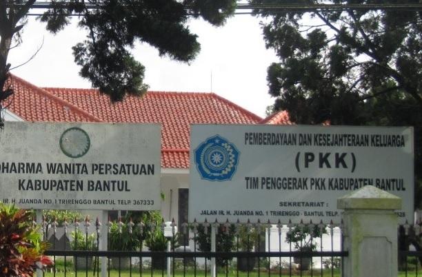 logo pkk pada papan nama kantor
