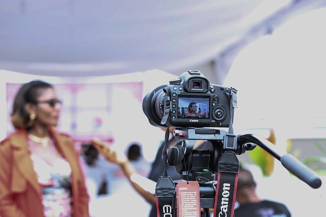 mengoperasikan kamera saat wawancara untuk film dokumenter