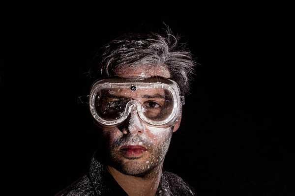 Kacamata untuk menjaga mata agar tidak terkena debu
