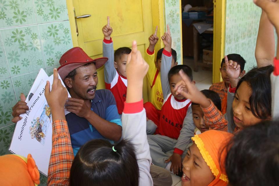 ridwan Sururi bersama anak-anak SD