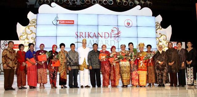 Para pemenang Srikandi Award 2011 bersama para juri