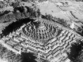 Candi Borobudur, Teratai di Tengah Danau